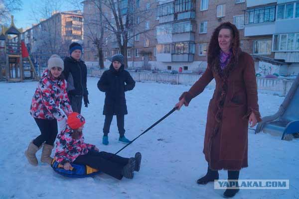 Мама шестерых приемных детей из Челябинской области просит у Деда Мороза квартиру побольше, чтобы взять под опеку еще малышей