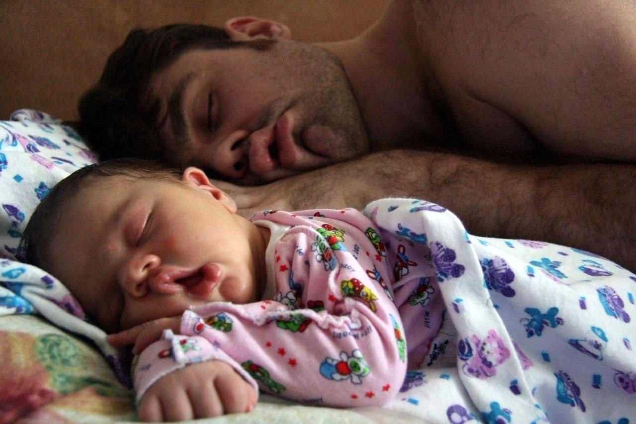 Спящие дети с папами фото