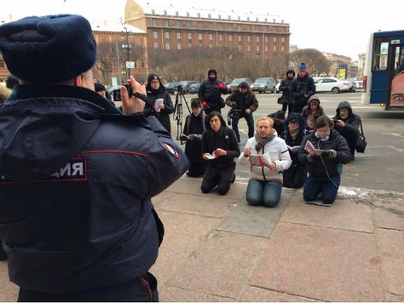 У стен Исаакиевского собора активисты прочитали Конституцию, стоя на коленях