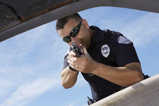 В США полицейский выстрелил в чернокожего коллегу, приняв за преступника