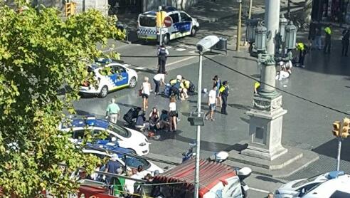 Микроавтобус врезался в толпу в центре Барселоны