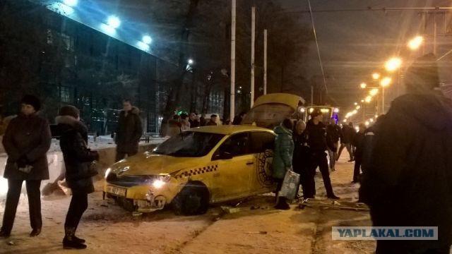 В Москве автомобиль сбил девять человек на трамвайной остановке.