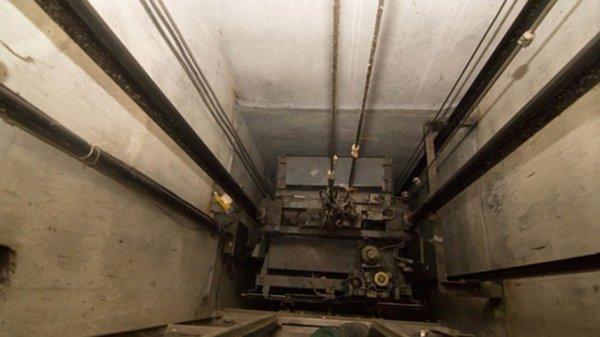 В высотке Ростова провалились в шахту лифта мать с ребенком