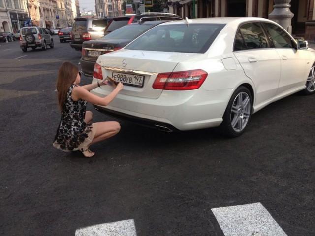 Фото, прикольные фото (1). Что делает эта девушка, сидя рядом со своим авто