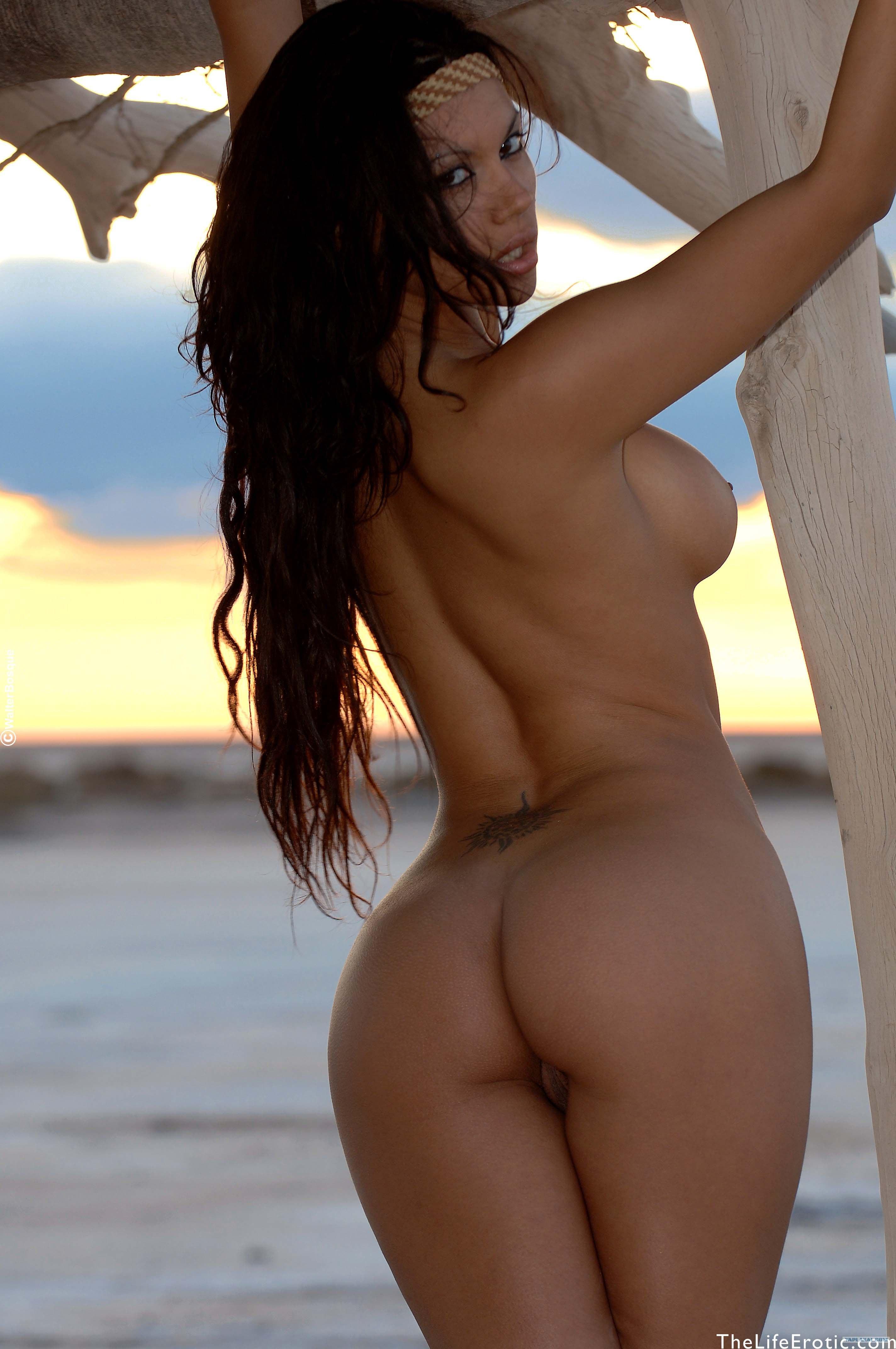 Фото голых девушек на пляже брюнетки 1 фотография