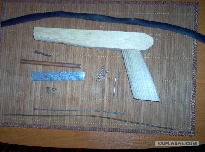 Первым делом с помощью большого самореза (можно использовать гвоздь) закрепляем трубку на ложе.