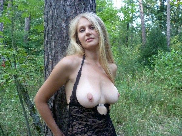 фото раздевается в лесу