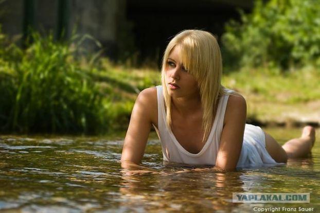 Красивые девушки на природе.