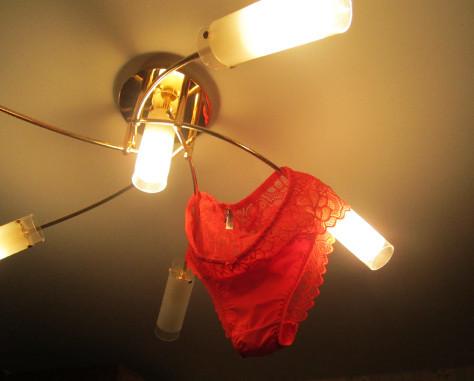 И свисала с потолка лампа, и лежала на руках ланка