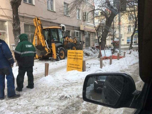 В Екатеринбурге рабочие раскопали газон, который местный предприниматель оборудовал по швейцарскому стандарту