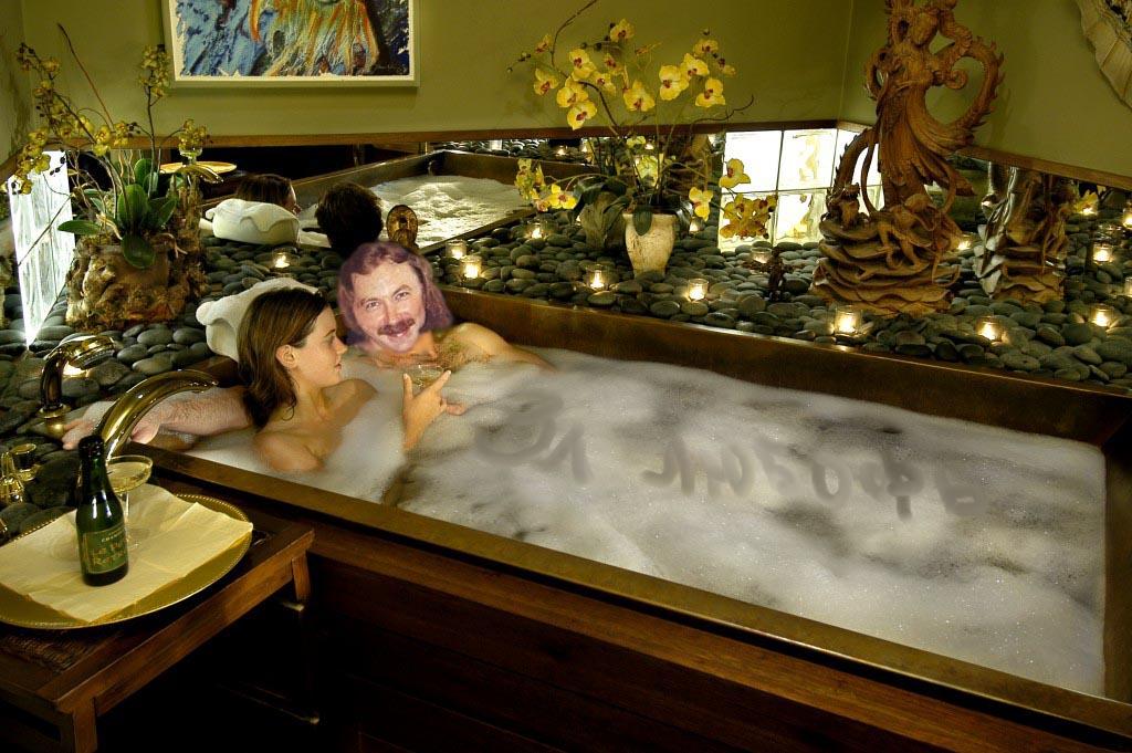 Девушка принимает ванну, попивая шампанское  258296