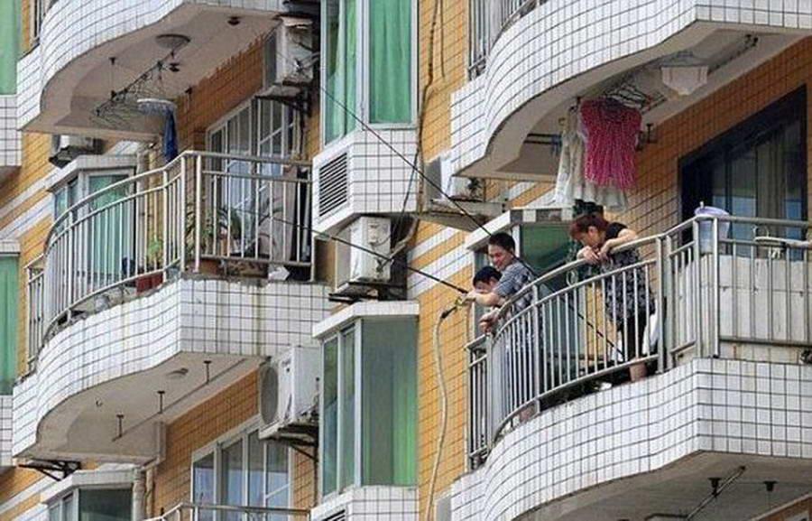 Что делают эти парни на балконе? (2 фото).