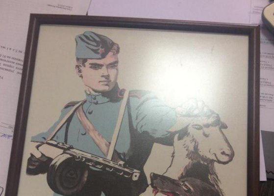 В Таганроге опер пожаловался начальству на висящий в полиции советский плакат со свастикой