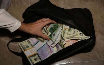 Сахалинка нашла сумку с полумиллионом евро и вернула ее хозяину