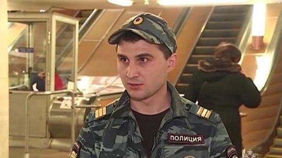 Московский полицейский бросился под поезд метро, чтобы спасти пожилого мужчину
