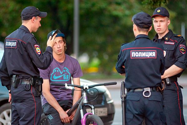 Полиция снова ищет Telegram на смартфонах прохожих