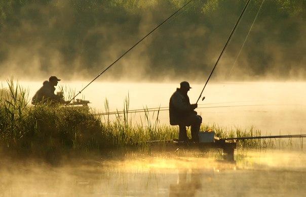 мужик ловит рыбу на лодке