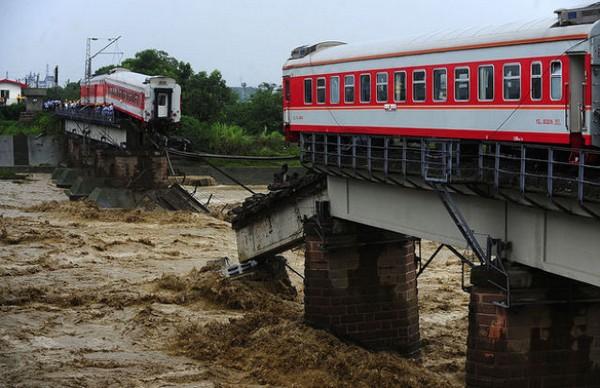 Река разрезала поезд напополам