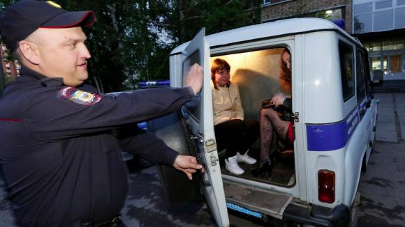 В Москве в ходе облавы проститутки изнасиловали полицейского страпоном