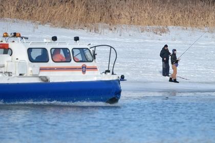 Глава МЧС России Евгений Зиничев предложил взыскивать с рыбаков на льдинах затраты на их спасение