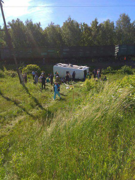 В Орловской области в районе деревни Гать крупное ДТП. На железнодорожном переезде поезд сбил автобус. 4 человека погибли.