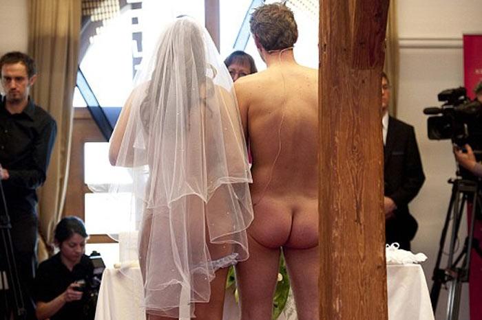 Австрийская пара поженилась голышом (ФОТО) .