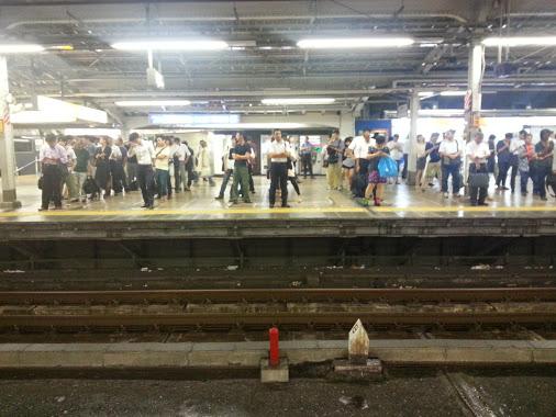 Ожидание поезда метро в Японии.