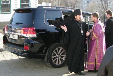 Епископ Никарий из Орловской митрополии получил в подарок внедорожник Toyota Land Cruiser за 6 млн рублей