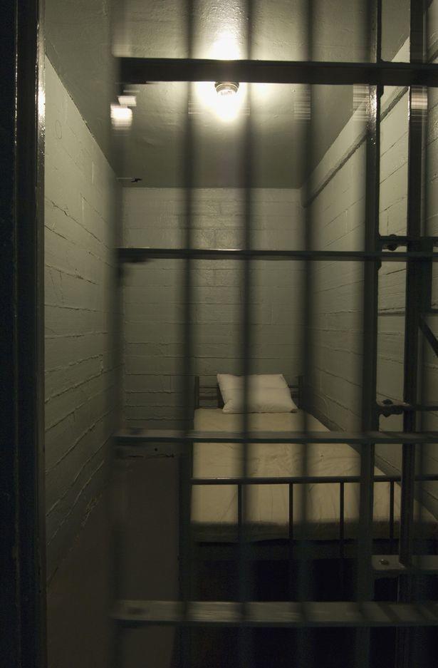 Маньяк случайно убил себя во время мастурбации в тюремной камере