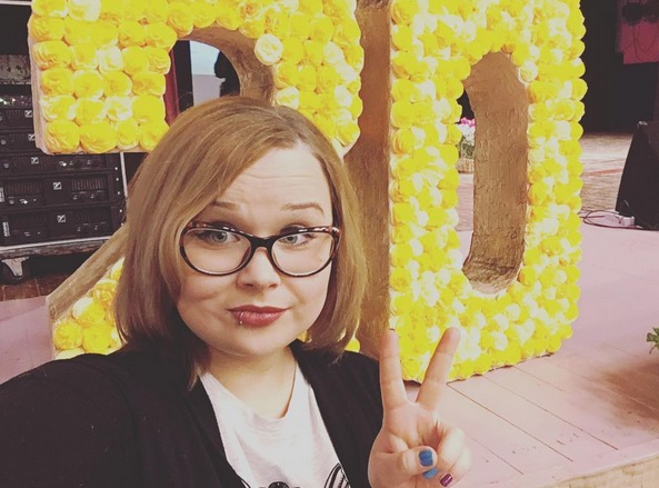Учительницу из Красноярска уволили из-за жалобы активиста на пирсинг и фото в соцсетях