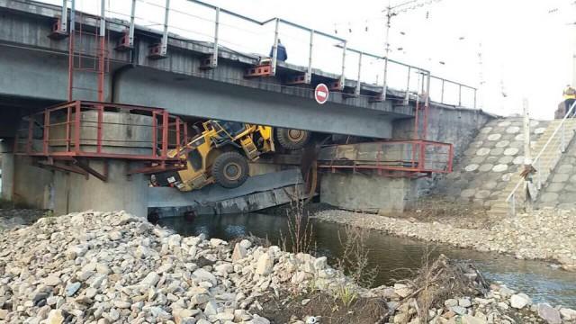 На ЗабЖД на рабочих упал... мост