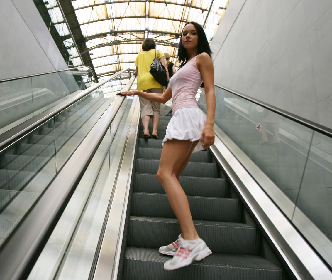 Пристает под юбкой в метро 11 фотография