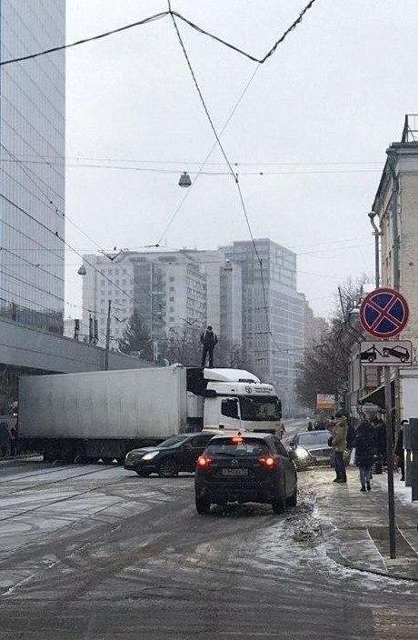 Стихийная забастовка дальнобойщика на Бауманской улице — прямо у здания Следственного комитета