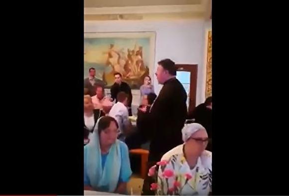 Жителя Петербурга оштрафовали на 300 тыс. за публикацию видео, где священник поет «Мурку»