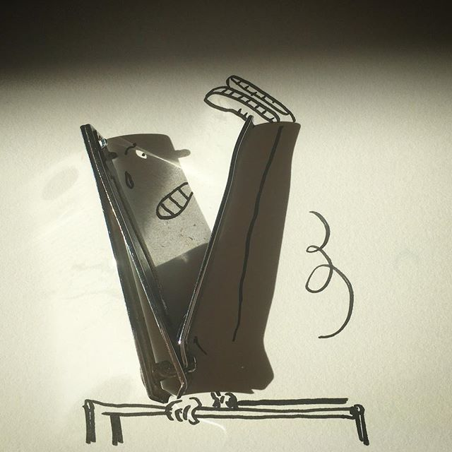 «Создано солнцем»: бельгийский художник превращает в скетчи тени бытовых предметов