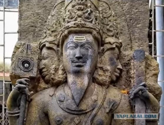Что за предмет в правой руке индийского божества?