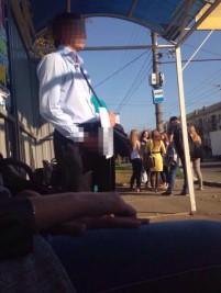 Студентки наткнулись на онаниста на остановке