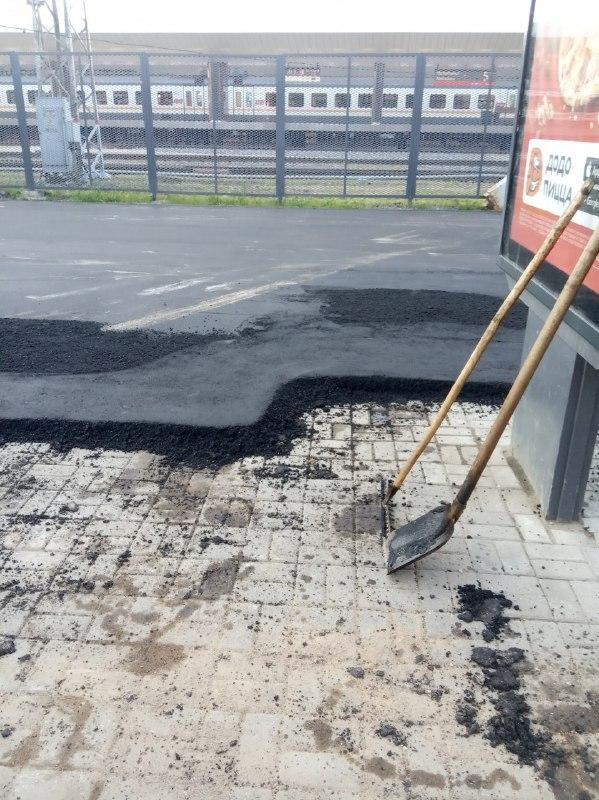 Коммунальщики Нахабино в ожидании визита Сергея Собянина покрывают второй(!) слой тротуарной плитки свежим асфальтом!