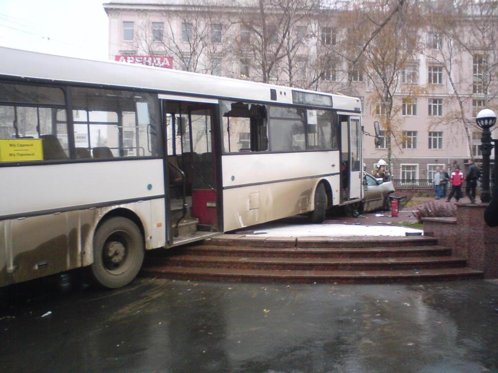 """Автобус """"убил"""" 19 машин в Перми (14 фото + видео)"""