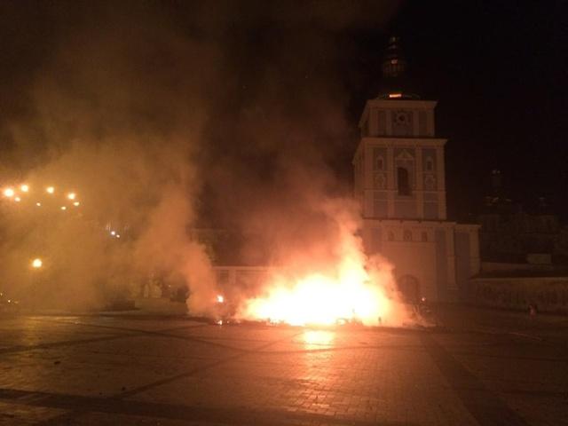 Сожгли палатки майдан-овцев в Киеве.