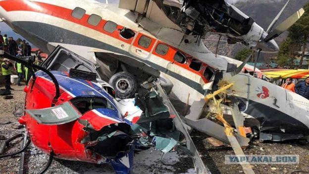 При столкновении самолета и вертолета в Непале погибли три человека