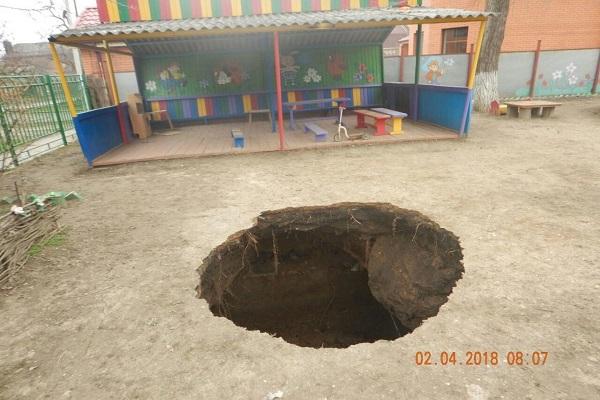 В Таганроге провалилась земля на территории детского сада
