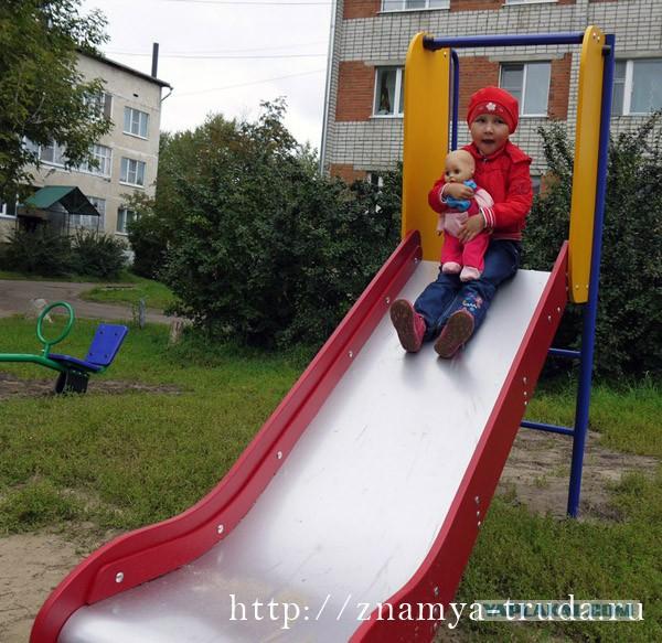 Единоросс забрал детскую площадку сразу после