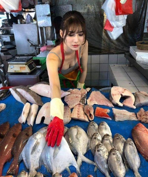 На рынке Тайваня нашлась самая красивая продавщица рыбы