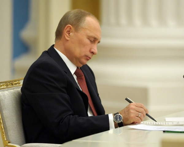Путин подписал закон о заморозке пенсий