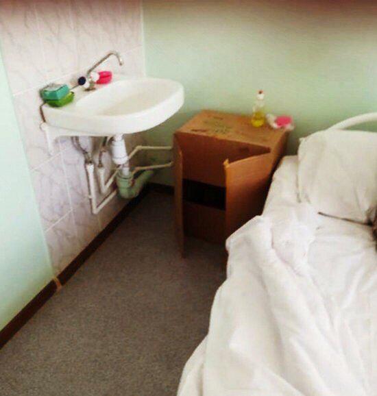В волжской больнице заметили картонные тумбочки. Власти заявили, что не успели заменить мебель на новую