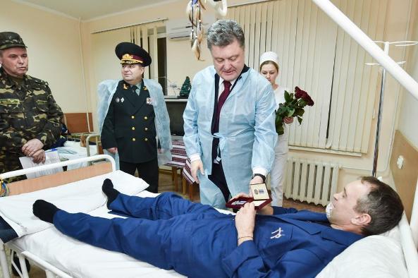 Порошенко посетил военный госпиталь и пообещал