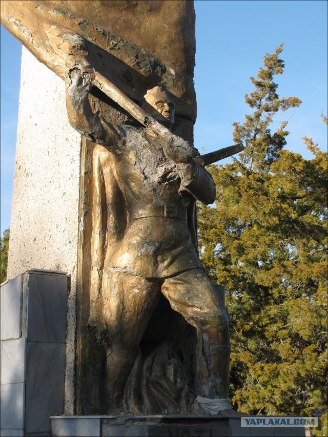 В Узбекистане снесли памятник погибшим в ВОВ
