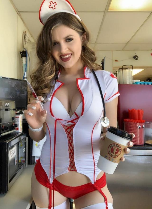 У кофейни, в которой работали девушки в откровенных нарядах, отозвали лицензию (30 фото)