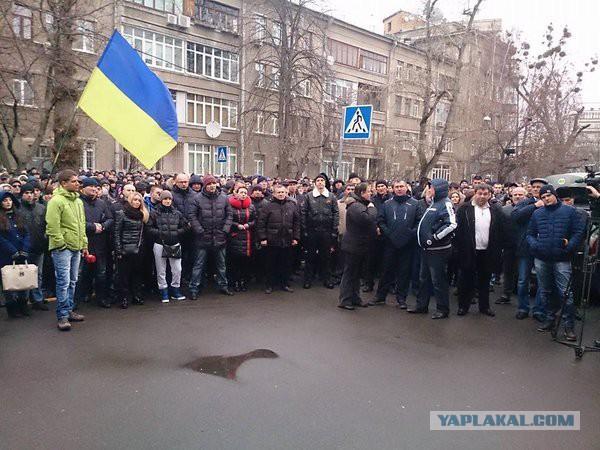 В Киеве у здания МВД сотни полицейских